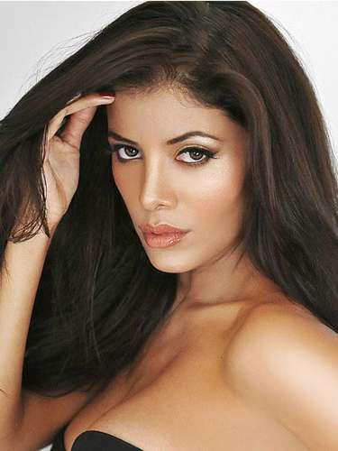 En representación del país Inca,  Miss Perú, Cindy Paola Mejía Santa María. Tiene 26 años de edad y reside en Lima
