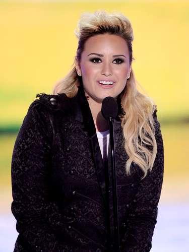 Como también lo lleva la joven Demi Lovato, pero en un estilo más suave. Ella es una chica que sabe lo que necesita su mirada para lucir absolutamente fantástica.