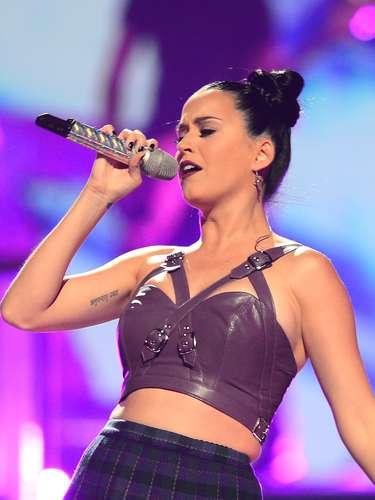 También Katy Perry ha intensificado el poder de su mirada luciendo este estilo que le da un estilo poderoso y muy sexy