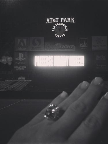 23 de Octubre - Kim Kardashian no podía negar su emoción por volverse a comprometer en matrimonio y es por eso que compartió esta foto con su flamante anillo de compromiso junto al letrero de 'Por favor, cásate conmigo' que le escribió Kanye West en un estadio.