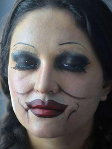 Este Halloween maquíllate como la terrorífica muñeca de El Conjuro y sigue este sencillo tutorial para que lo hagas como toda una profesional. No olvides conseguir un vestido para que tu disfraz quede perfecto.