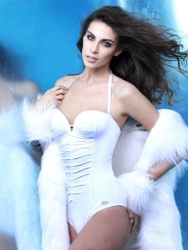 Miss Chile - María Jesús Matthei. Tiene21 años de edad, mide 5 ft 11 in (1.80 metros)y procede de Santiago