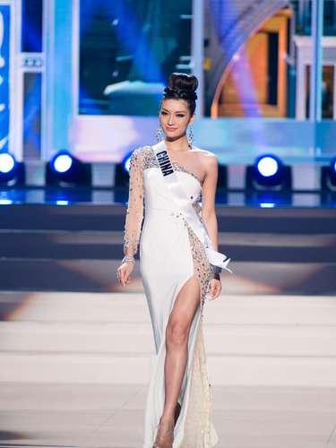 Miss China - Jin Ye. Tiene 25 años de edad, mide 1.80 metros de estatura (5 ft 11 in)y reside en Shijiazhuang