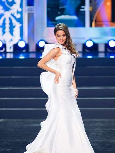 Miss Guatemala - Paulette Samayoa. Tiene 23 años de edad, mide 1.76 m (5 ft 9 12 in). Procede de Peten.
