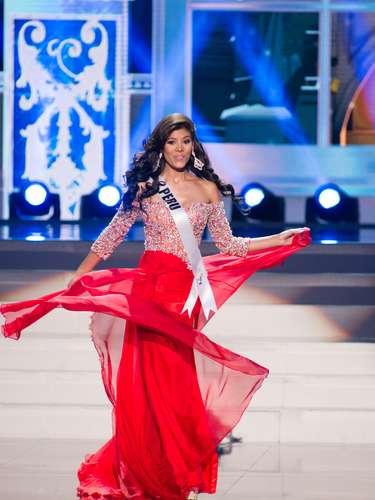 Miss Perú - Cindy Mejía. Tiene 25 años de edad, mide 1.74 metros de estatura (5 ft 8 12 in) y procede de Lima.
