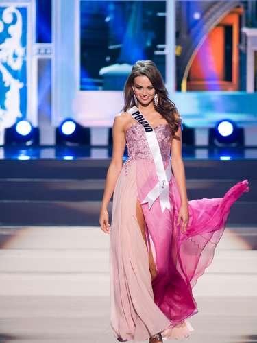 Miss Polonia - Paulina Krupiska. Tiene 25 años de edad, mide 1.78 metros de estatura (5 ft 10 in) y procede de Warsaw.