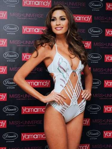 El traje fue creado con brillantes de 220 quilates, esmeraldas y rubíes, sobre una tela blanca deslumbrante.La hermosa Venezolana Miss Universo 2013de 25 años, nacióen la ciudad de Maracay y graduada en Administración y Mercadeo