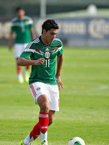 El joven delantero y buena estrella del equipo, Raúl Jiménez, un jugador importante, pero se duda de si tendrá la experiencia para poder cargar con tal responsabilidad.