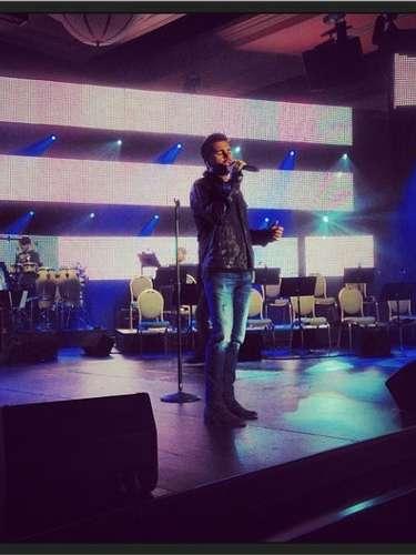 20 de noviembre - El guapísimo Juanes demuestra que es sexy hasta cuando practica en este ensayo de su participación en los Latin Grammy 2013.
