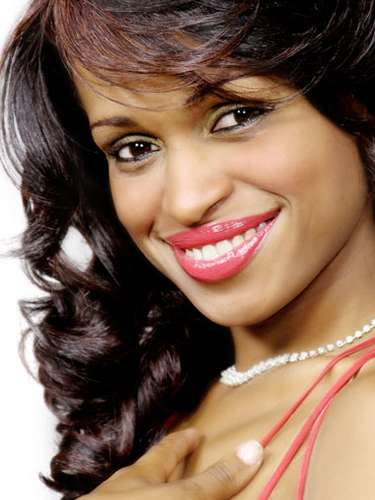 Miss Haití - Carolina Rinchère, tiene 24 años de edad, mide 1.65 metros de estura (5 ft 5 in)y reside enPuerto Príncipe.