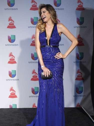 La modelo Aida Yespica lució verdaderamente sexy en un ceñido y escotado vestido con una tendencia del momento: la textura.
