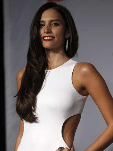 Con labios rojos que hacían su atuendo aún más sexy, Genesis aprovechó para comentar que está orgullosa de la nueva Miss Universo venezolana.