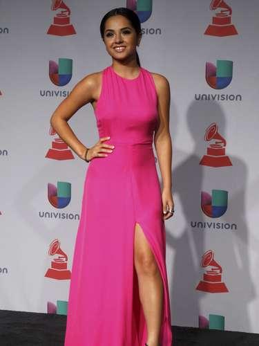 Becky G hubiera estado un poco muy recatada si no fuera por la impactante apertura a la altura del muslo de su vestido color \