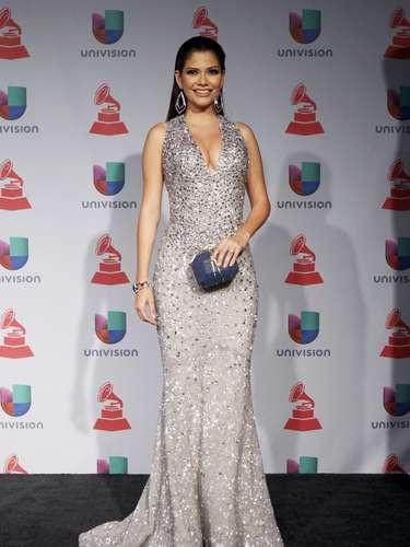 Ana Patricia Gonzalez fue otra de las estrellas en participar de la tendencia de vestidos plateados y espectacularmente brillantes. Sin duda una gran elección, ya que se le ve escultural y celestial.