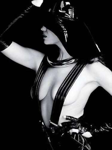Con 27 años la modelolució su espectacular figura con prendas de cuero en color negro.