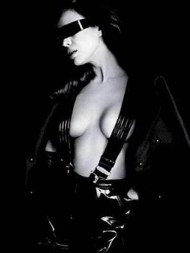 Con los ojos vendados, botas hasta el muslo y un estilo dominatrixfashion, Irina dejóver su lado más enigmático.