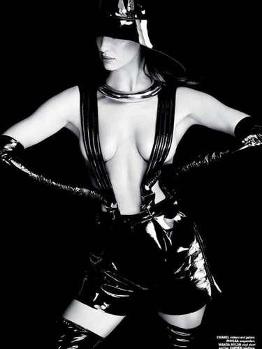 Irina Shayk se animó a realizar varios topless, eso sí, teniendo cuidado de no revelar sus pezones.