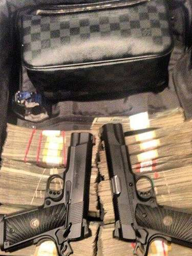 Como muestra de su poder, dinero, armas y accesorios de prestigiosas marcas.