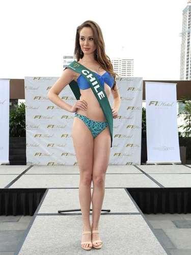 Miss Chile - Natalia Lermanda, tiene 22 años de edad, mide 1.79 metros de estura (5 ft 10 1/2 in)y reside enSantiago.
