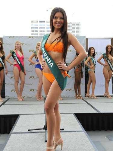Miss Eslovenia - Nina Kos, tiene 21 años de edad, mide 1.67 metros de estura (5 ft 5 1/2 in)y reside en Ljubljana.