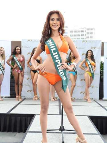 Miss Filipinas - Angelee de los Reyes, tiene 26 años de edad, mide 1.71 metros de estura (5 ft 7 1/2 in) y reside en Ciudad de Olongapo