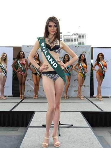 Miss Polonia - Aleksandra Szczsna, tiene 20 años de edad, mide 1.75 metros de estura (5 ft 9 in) y reside en Warsaw.