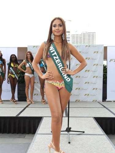 Miss Suiza - Djoa Strassburg, tiene 20 años de edad, mide 1.77 metros de estura (5 ft 9 12 in) y reside en Zurich.