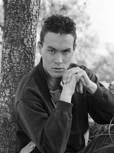 El disparo alcanzó a Lee en el abdomen y le provocó la muerte horas después el 31 de marzo de 1993. La escena donde Brandon recibía tal herida fue borrada de la versión final debido a un acuerdo legal.