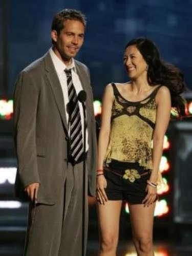 Zhang Ziyi yWalker presentan el premio a mejor beso en losMTV Movie Awards en Los Ángeles.Junio4 de2005.