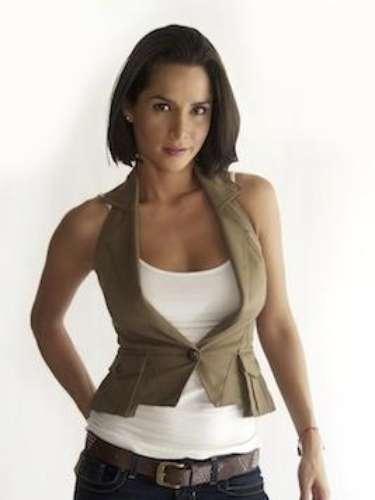 Leonor Ballesteros (Carmen Villalobos) es una mujer fría, directa, que sabe lo que quiere. No deja notar para nada lo que está sintiendo o pensando, aunque tiene sentido del humor. Es agente especial del departamento de inteligencia colombiano. Estuvo en los equipos que ayudaron al abatimiento de Pablo Escobar.
