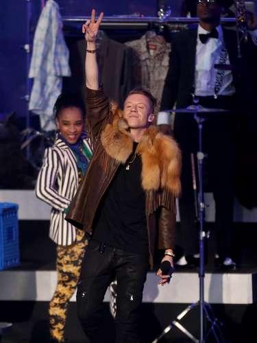 El concierto de nominados a la entrega 56 de los premiosGrammy 2014inició con las actuaciones deMacklemore & Ryan Lewiscon un clásico musical: 'Poppin tags'