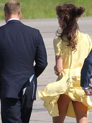 Kate Middleton iba acompañada de su esposo, el príncipe Guillermo cuando de pronto el viento dejó al descubierto más allá de sus bellas piernas. A la joven de la realeza varias veces le han sucedido estos momentos a la Marilyn Monroe.
