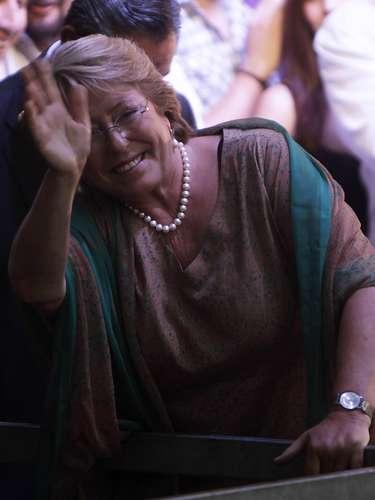 La gente celebró el triunfo de Michelle Bachelet, quien reiteró su  compromiso con una serie de cambios sociales entre los que destacó con mayor fuerza la educación gratuita y de calidad y la instalación de una nueva constitución.