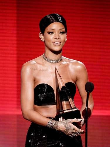 Rihanna una mujer que no teme arriesgar a la hora de proponer un nuevo look lució fantástica durante esta ceremonia de premios al lucir un Cat Eye con delineado grueso, un estilo agresivo pero que va muy bien con su estilo.