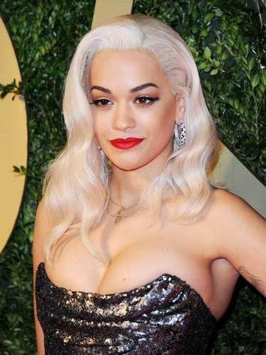 Rita Ora tampoco duda en usar esta, una de sus armas secretas para impactar. Observa como la linea es recta y alarga la forma del ojo, un look ganador para ella.