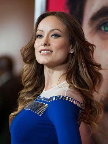 También Olivia Wilde se apunta constantemente al uso de este estilo pero en esta ocasión con un 'plus' lo lució en color azul para que resaltara su look con el color de su vestuario, una buena idea que la hizo brillar.