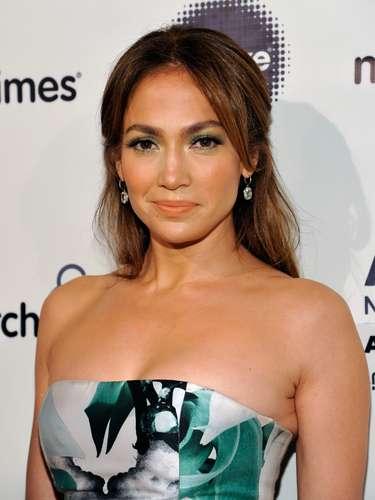Un hombre demandó a Jennifer Lopez por acoso sexual. El sujeto dijo que la 'Diva del Bronx' le pidió fotos desnudo cuando más tarde se descubritía que una mujer de 53 años se estaba haciendo pasar por la actriz y cantante.