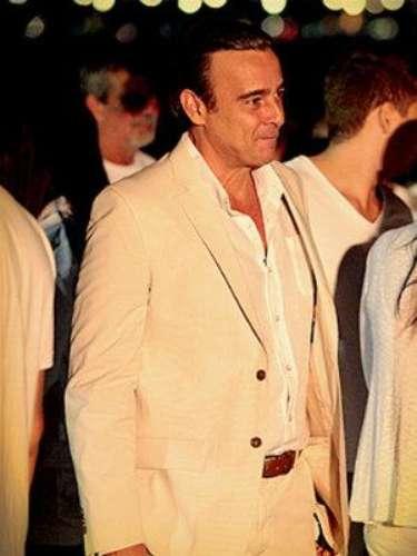 Cadinho (Alexandre Borges) - Es el padre polígamo de Tomás, Débora y Paloma. Rico y exitoso en el trabajo, lleva una vida de sultán hasta que pierde la fortuna y a sus tres mujeres por culpa de Jimmy. Pero al final, ¿será el amor más fuerte que el dinero?
