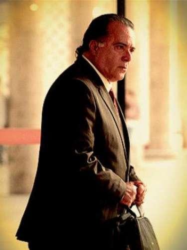 Genésio (Tony Ramos) - Padre de Rita y esposo de Carminha. Es un buen hombre que sufre un golpe planeado y esasesinado por su mujer, quien arregla las cosas para queTufão lo atropelle.