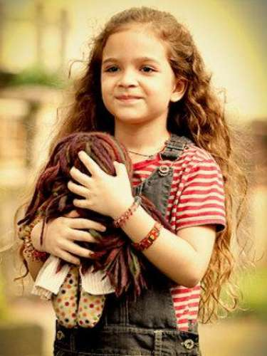 Rita (Mel Maia) - Pierde a su madre a los tres años y es criada por Genésio, un padre cariñoso. Tras su muerte, su madrastra Carminha la abandona en un basurero y pasa a ser criada por Lucinda antes de ser adoptada por Martín. La llevan a Argentina, donde crece y se convierte en Nina.