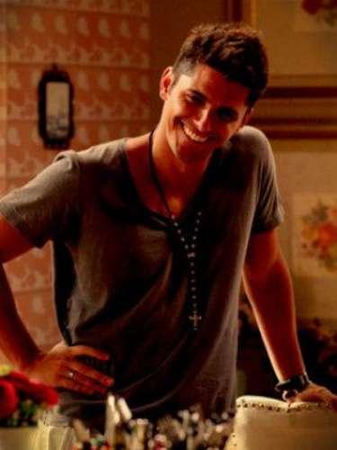 Iran (Bruno Gissoni) - Es el hijo adoptivo de Monalisa. Es un talentoso jugador en el Club de Fútbol de Divino. Cuando vive en Ipanema se enamora de Débora y no se dará por vencido hasta casarse con ella.