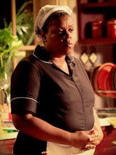 Zezé (Cacau Protásio) - Ella es la empleada doméstica celosa y chismosa en la mansión de la familia de Tufão.