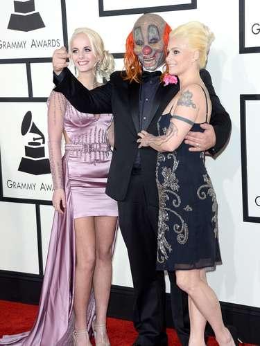 ¿Llegó el circo a los Grammy? ¡Para nada! Uno de los payasos deSlipknot llegó acompañado por su esposa e hija. ¡Qué bonita familia!