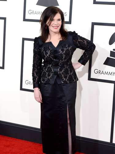 Lorraine Feather optó por este conjunto de chaquetón con encaje y falda lisa, ambos en tono negro. Una elección elegante y acorde para su edad.