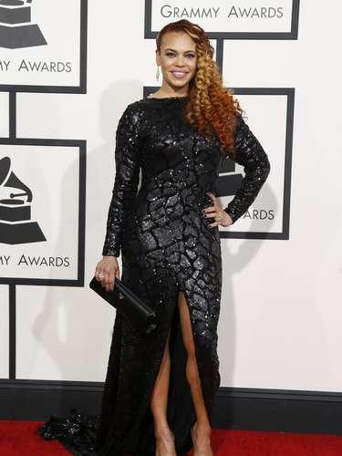 La cantante Faith Evans presumió curvas en la alfombra roja de los Grammy
