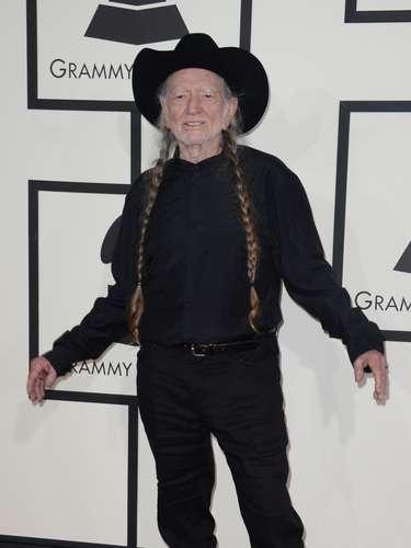 Willie Nelson parece que no tiene otro tipo de ropa en su clóset y se presentó con su típico atuendo de jeans y camisa negras y sombrero