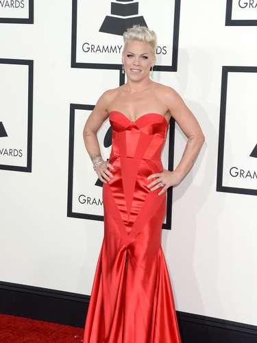 ¿La reconocen? ¡Es Pink! La cantante admitió que es la primera vez que luce un vestido rojo y que además estaba ¡encantada!