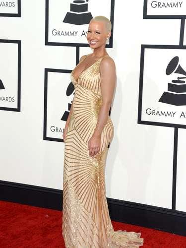 Amber Rose, fabulosa en este traje dorado que definió a la perfección una figura con muchas curvas.