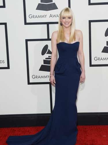 Tierna y femenina. Así se vio Anna Faris con este vestido largo azul noche.