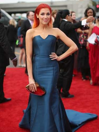 Aquí, Bonnie McKee posa con su vestido de frente.